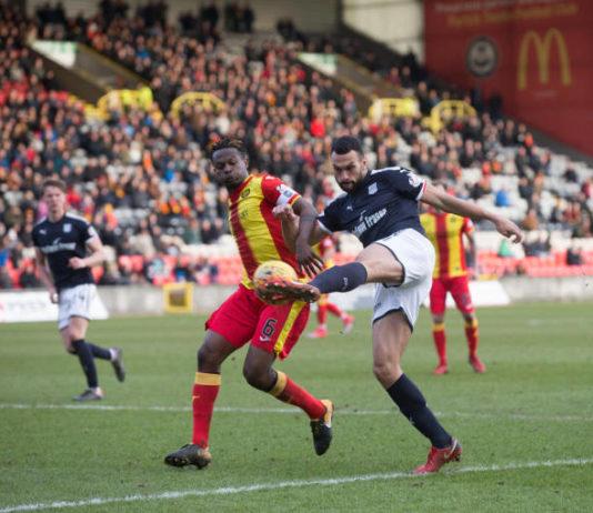 Steven Caulker of Dundee crosses past Abdul Osman